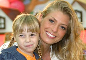 Caroline Bittencourt abraçada à sua filha Bella, ainda muito pequena.