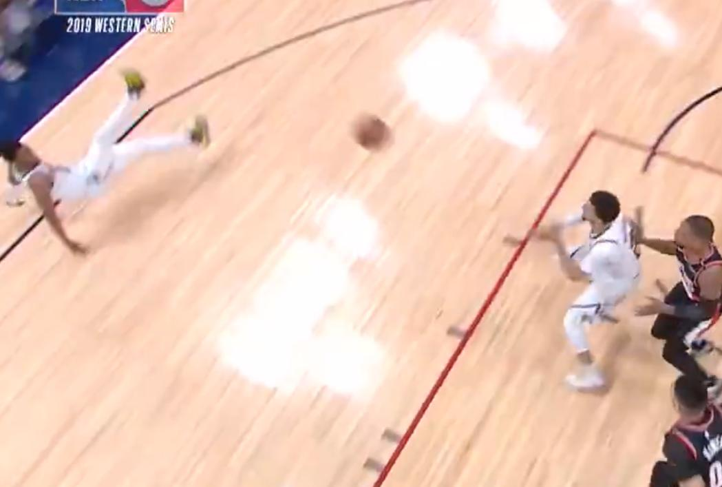 【影片】迷之摔倒!Murray抄截后快攻傳球給Beasley,結果後者被「空氣」絆倒,主帥臉色鐵青!-Haters-黑特籃球NBA新聞影音圖片分享社區