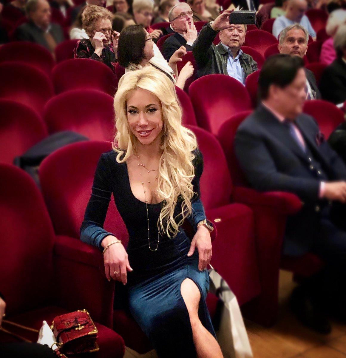 Had I not been at Milan's legendary #LaScalla, I may have thought I was being photobomb punked  #epicphotobombs #milan #italy #eurotour @teatroallascala #amazingnight #music #art #theatre #historical #italiannightout #femaleartist #velvetdresspic.twitter.com/GlRhJz90vk