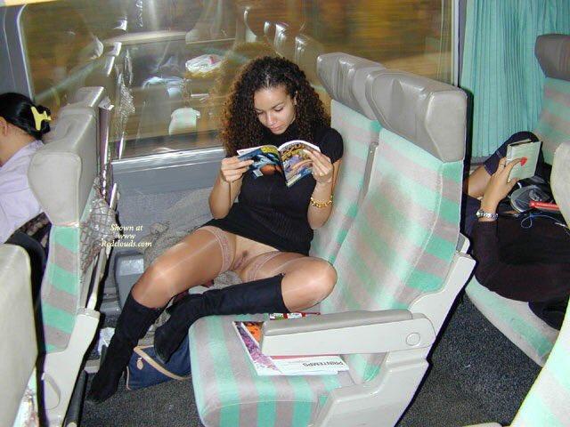 чай, показала трусики в автобусе фото