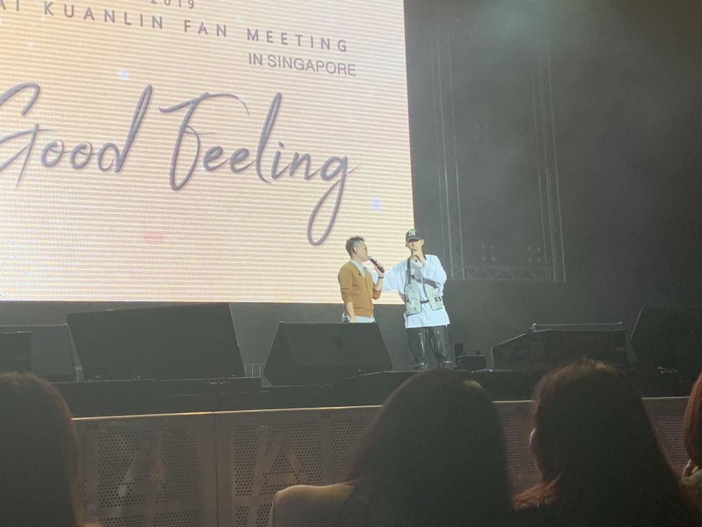 It's time for the mini-concert segment but before that, Kuanlin expressed his gratitude to MC Ken for hosting & taking care of him since the first time he visited! What a sweet soul! 😭❤️ #LAIKUANLINGoodFeelinginSG