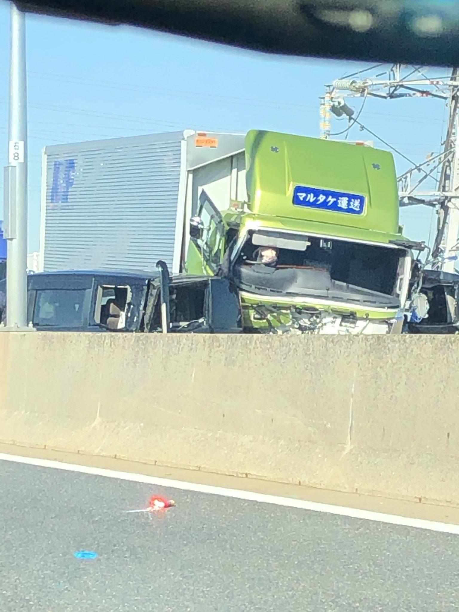 阪神高速湾岸線上り石津出口付近で起きた玉突き事故の現場画像