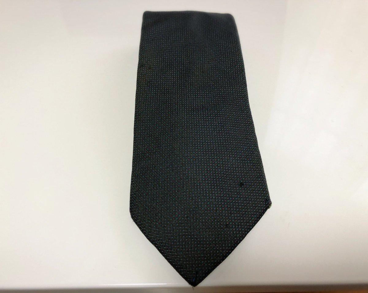 学生時代に女友達から就職祝いにネクタイを貰った。卒業してから会うことはなかったがこのネクタイをしていればいつか会えるんじゃないかと毎日のようにこのネクタイを締めていた。もうヨレヨレで擦り切れてしまった今でも捨てられずにいる。今日はこのネクタイを締める。僕の令和が始まる。