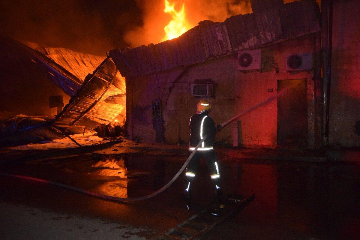 «ألسنة النيران» تتصاعد من مستودعين.. و«مدني الرياض» يتدخل (صور) 1