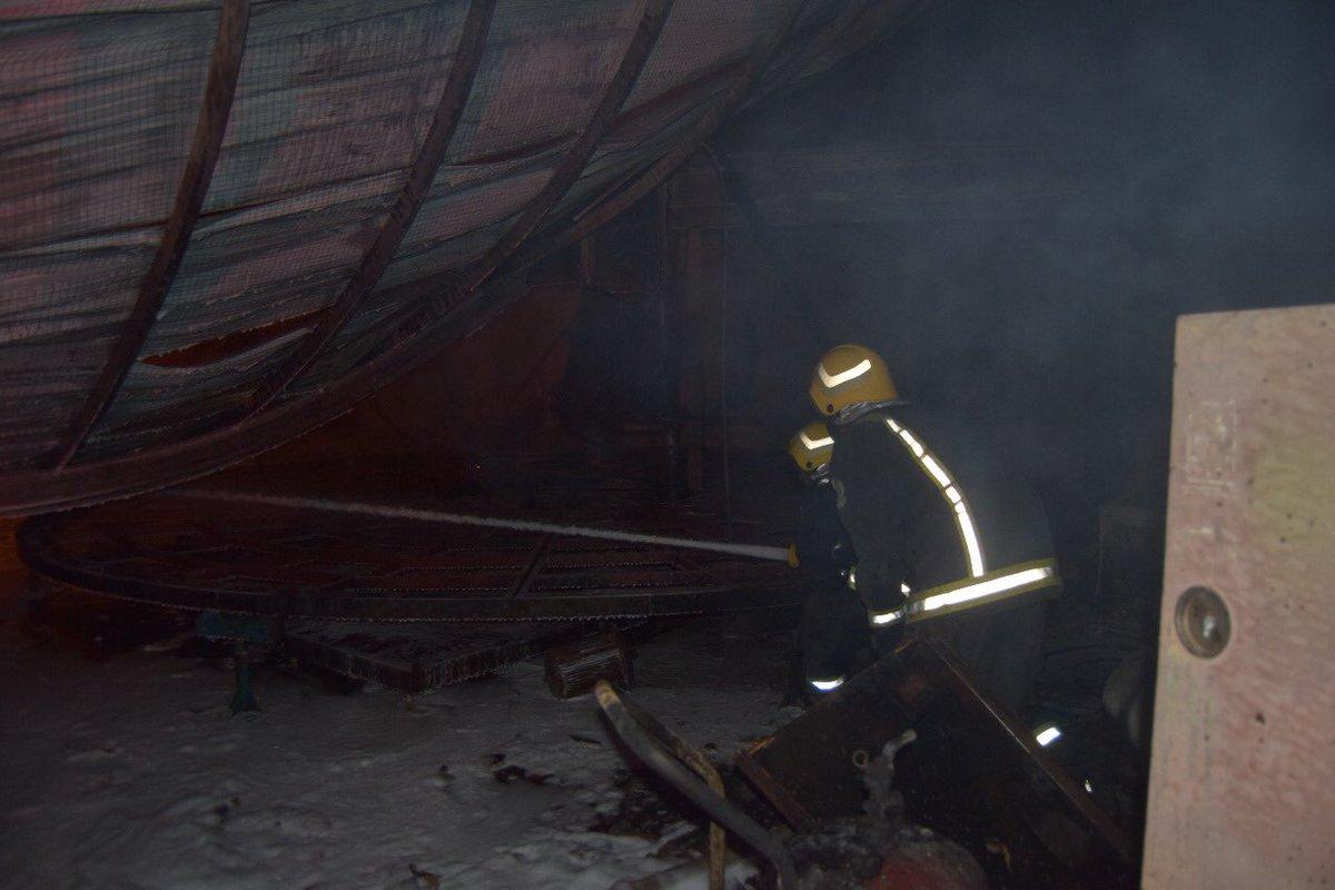 «ألسنة النيران» تتصاعد من مستودعين.. و«مدني الرياض» يتدخل (صور) 2