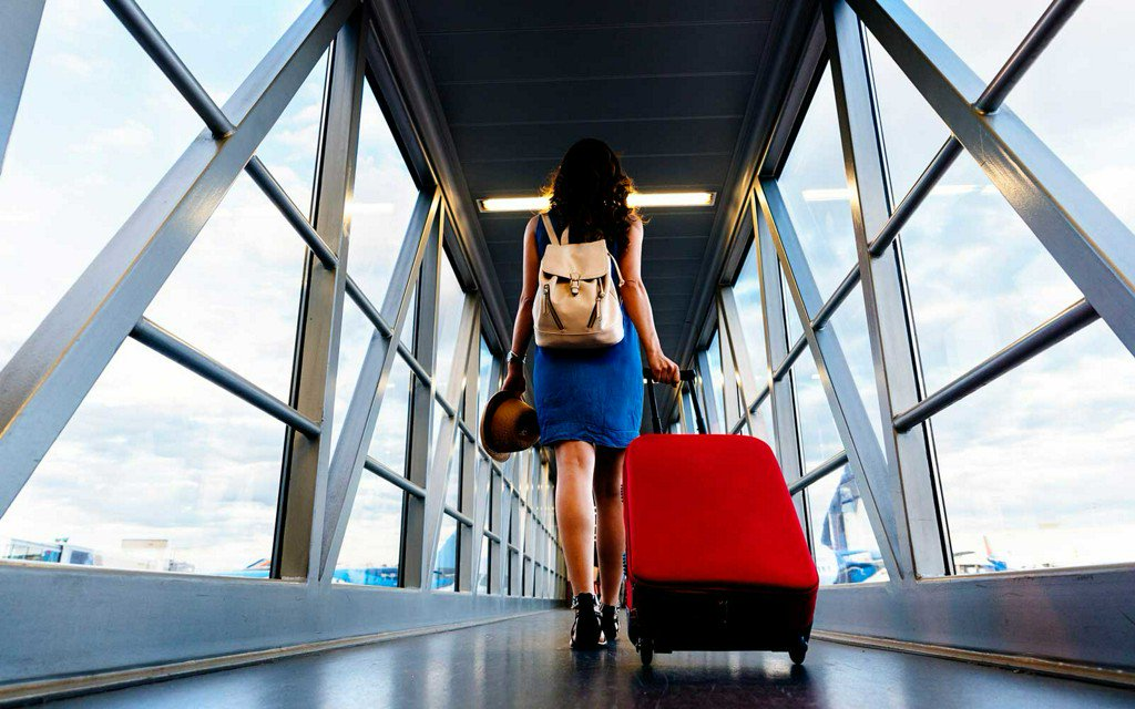 woman leaving with luggage - HD1279×854