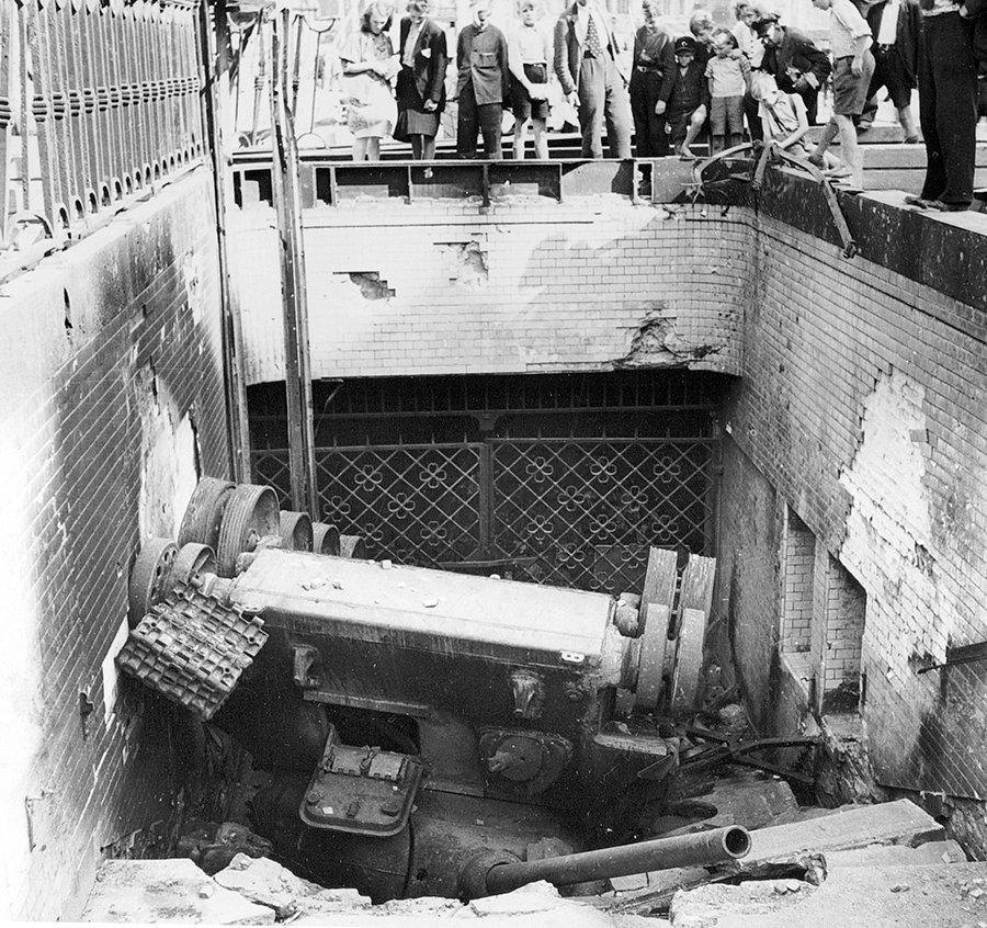Опрокинутый танк в Берлине