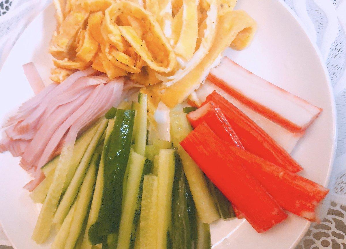 事件。今日は手巻き寿司にしよう!と言ったママの作った具が、冷やし中華の具でした。 「え、これ冷やし中華じゃなぁい?やぁーだぁーwww」って言ってるw許すww