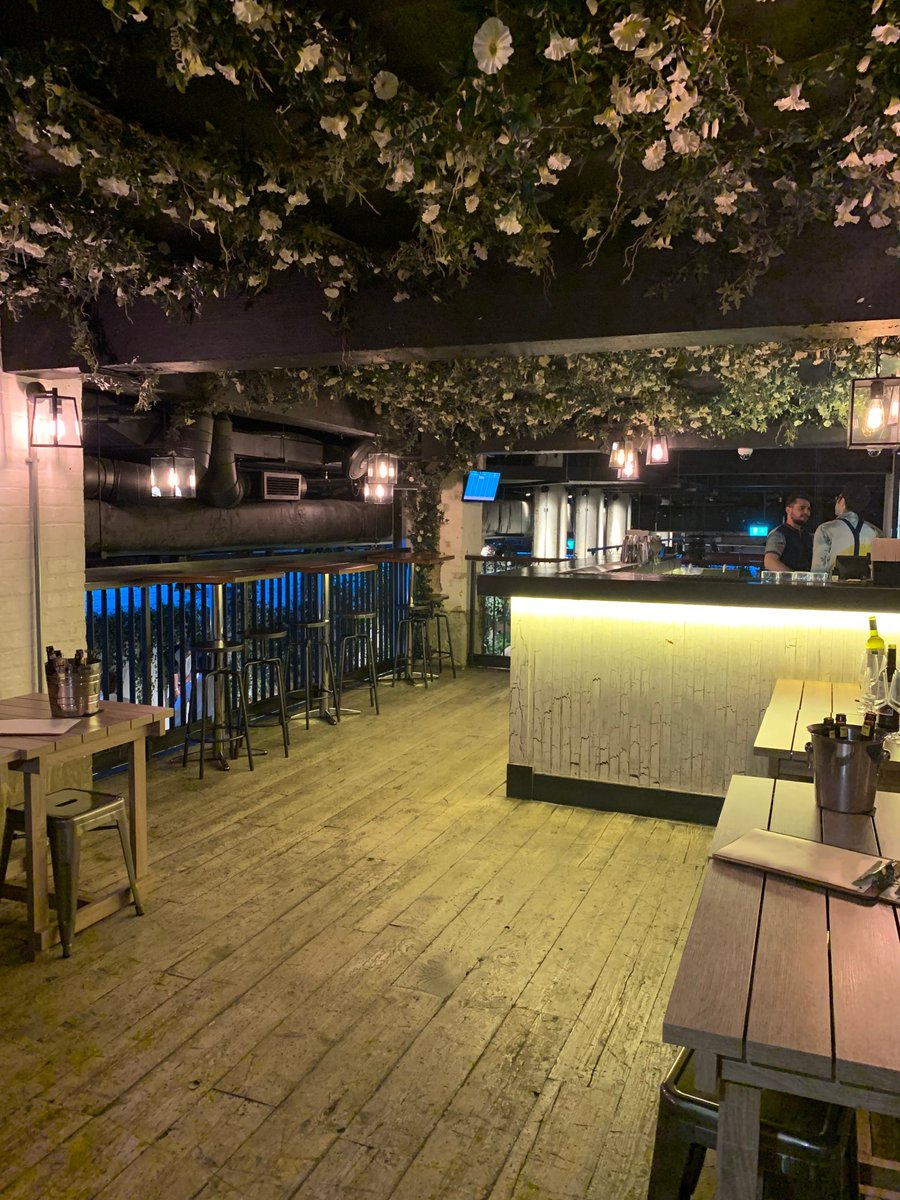 Did you know you can hire a private area for your event @SwingersLDN The City? For example the intimate Gin Terrace makes a great spot for a drinks reception before starting a round of crazy golf.  It probably won't help your backswing though. Oh well. Fore! 🏌️♂️🏌️♀️⛳️