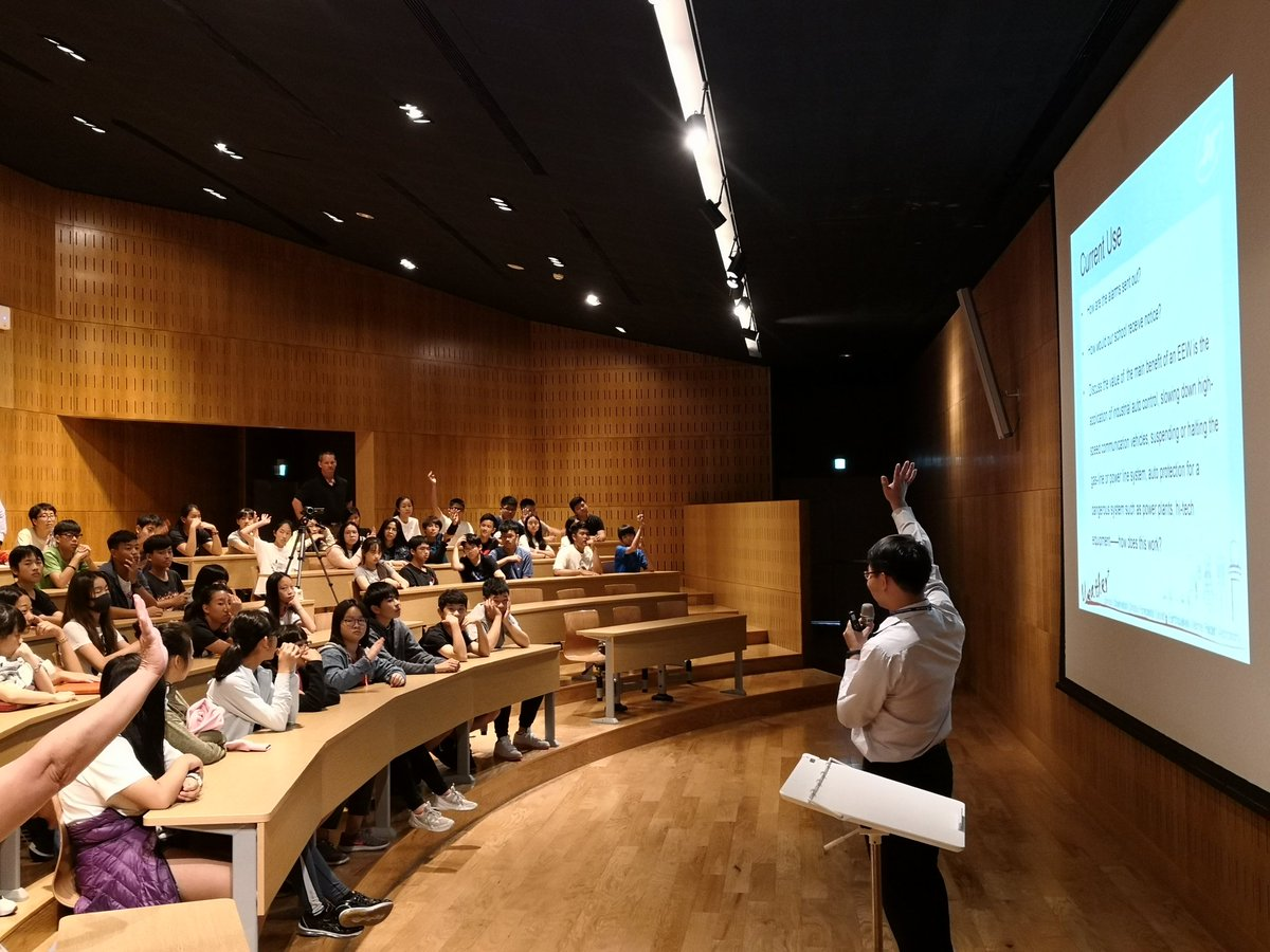 Our @KaohsiungAS student learn about ground-breaking research - literally! Dr. Da Yi Chen from Central Weather Bureau, the creator of Taiwans Earthquake Early Warning system speaks to MS students. #kastw