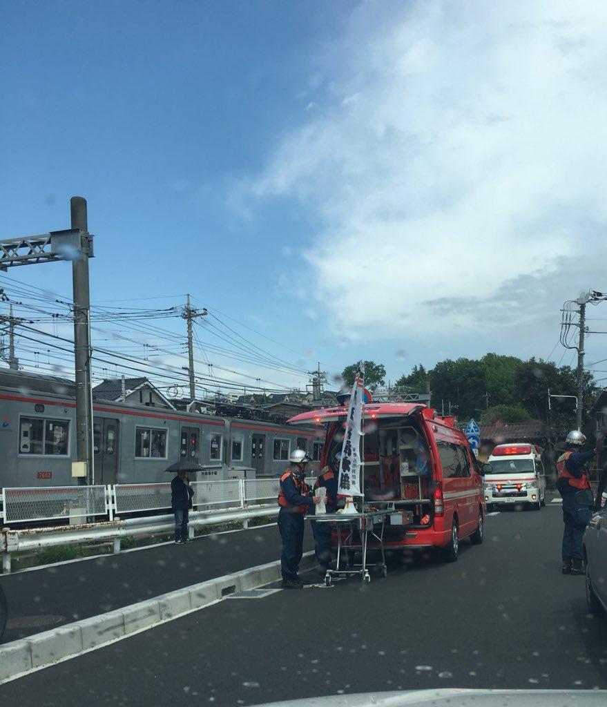 相鉄線の海老名駅~かしわ台駅間の踏切で人身事故が起き緊急車両が集結している画像