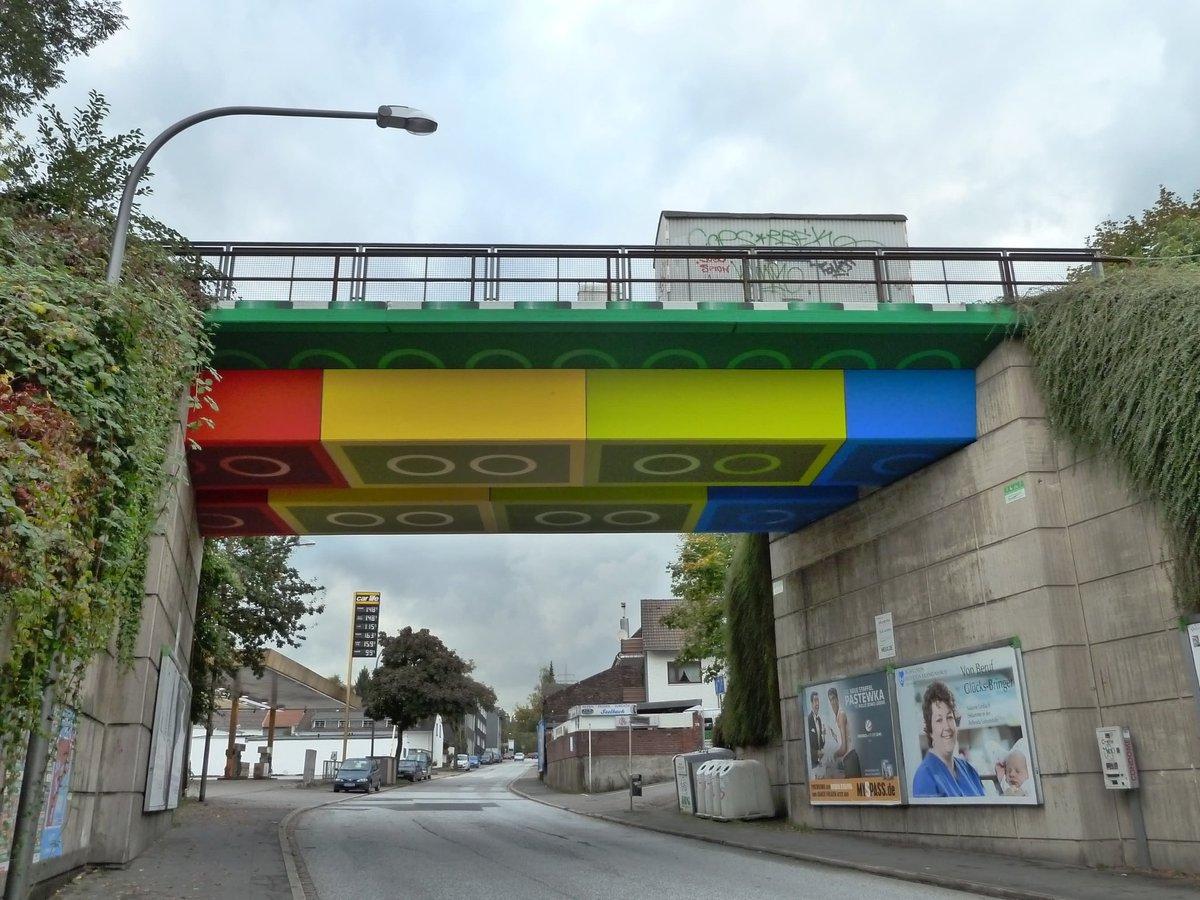 Parce qu'un pont ferroviaire moderne n'est pas obligatoirement un truc moche en béton. Street art en Allemagne. https://t.co/EvvyYfT2RF