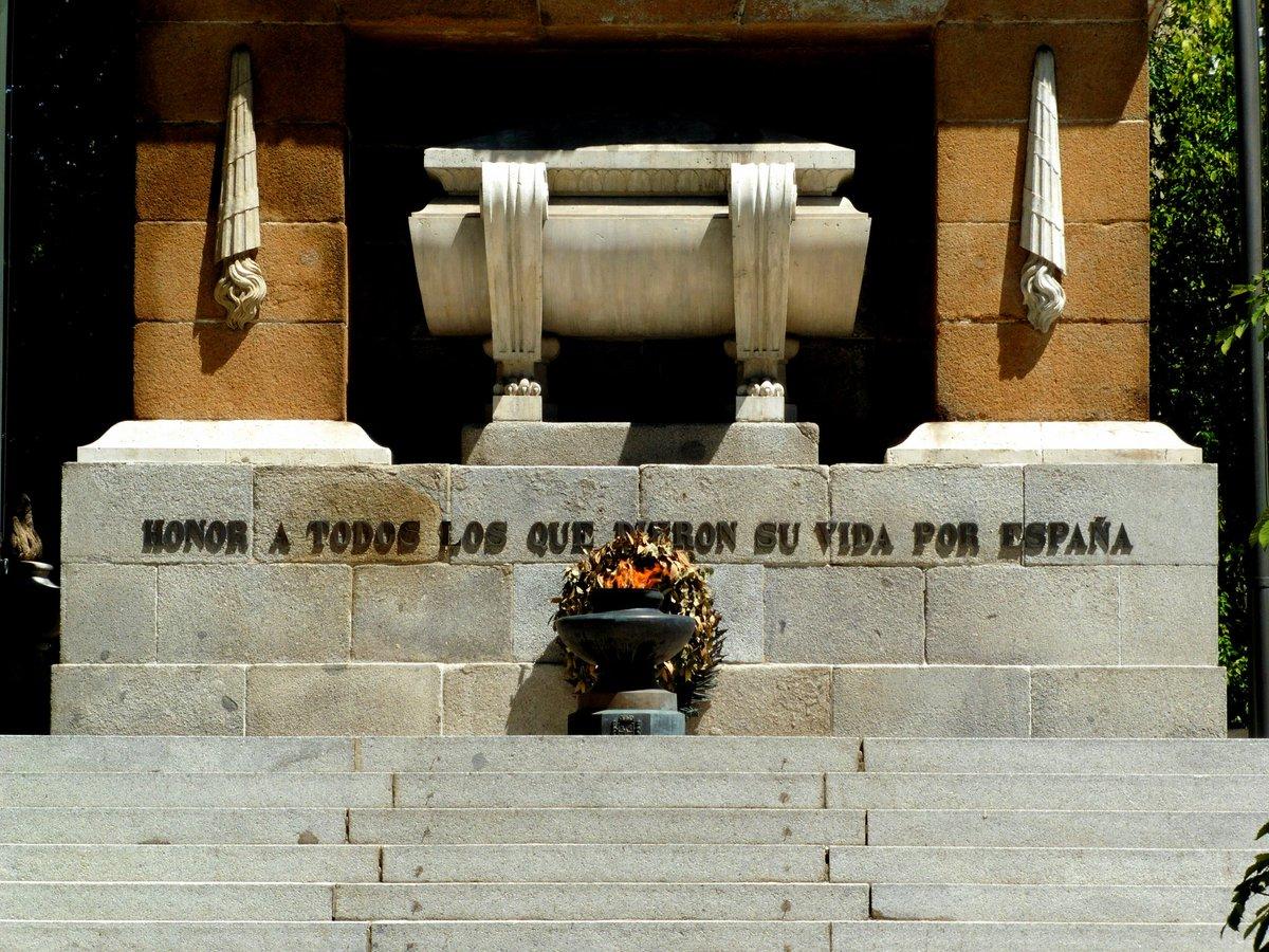 #Taldíacomohoy 1808 el pueblo de #Madrid se levantó ante el invansor francés luchando junto al #Ejército en el Parque de #Artillería de Monteleón. Páginas de gloria escritas por madrileños y militares como los capitanes Daoiz, Velarde y el teniente Ruiz. #EfeméridesEjército 🇪🇸