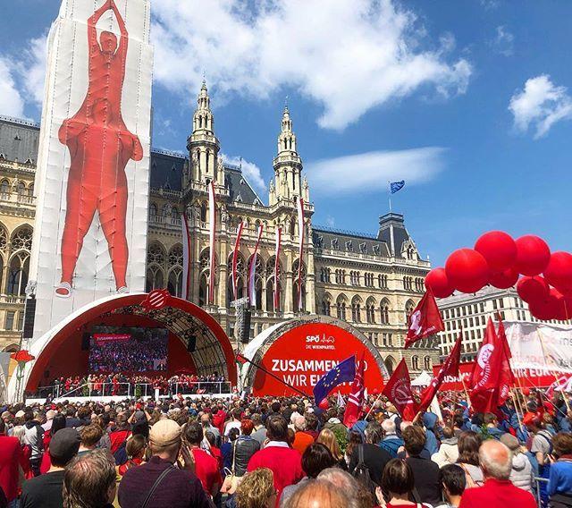 Rote Männchen. #rathausplatz #1mai #maiaufmarsch #spoe #wien #vienna #rathaus #wienerrathaus #bürgermeister #rally #igers #igersvienna #red #balloons #freundschaft #mycity #roteswien #latergram #nofilter http://bit.ly/2J8odlXpic.twitter.com/ceKwLDRQPD