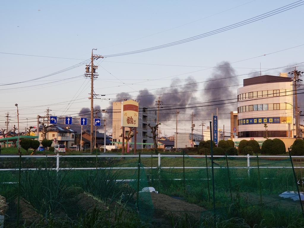画像,火災、だよね。黒煙が数キロ先までもくもくと。風向きが良くわかる https://t.co/6pVdg27SW3。