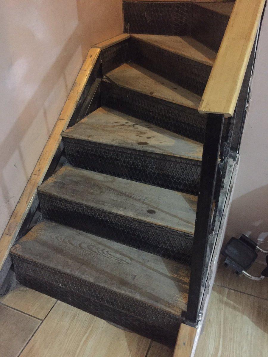 @Cekmekoybeltr @AhmettPoyraz Başkanım rica etsek Çamlık Safiyeali Anasağlığı bugünde şahit olduk bu merdivenler çok sıkıntılı ve dar yaşlılar burada çok sıkıntı çekiyor.Genişletilse doktorlarda rahat eder insanlarda İlgileneceğinizi düşünüyorum Şimdiden çok teşekkür ederim pic.twitter.com/t1TNaRLmqv