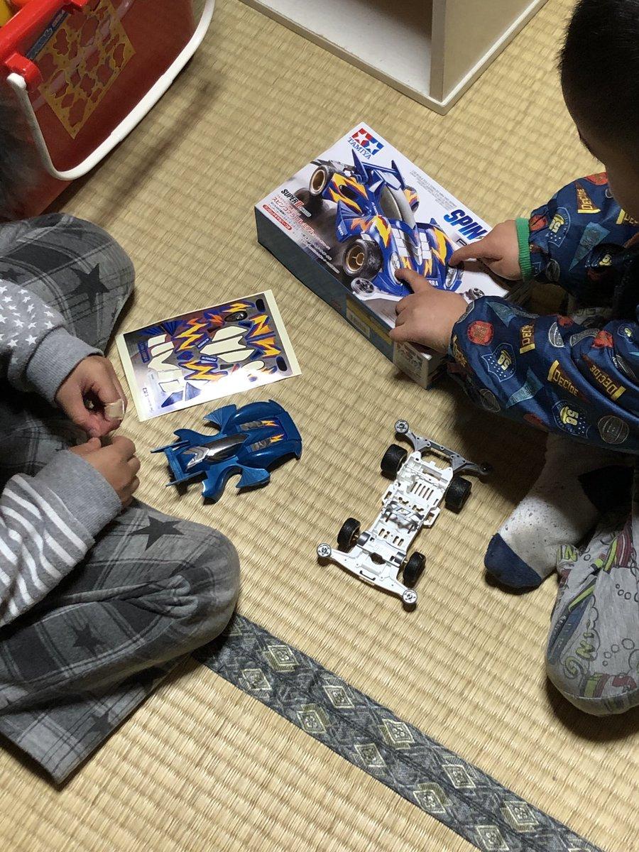 プラモが作りたいという子供たち、とりあえず簡単に作れるミニ四駆を用意しました、ギアやモーターは組み込まずシンプルに。 一緒に作るととにかくケンカしながら作るので何かと大変である( ̄^ ̄)