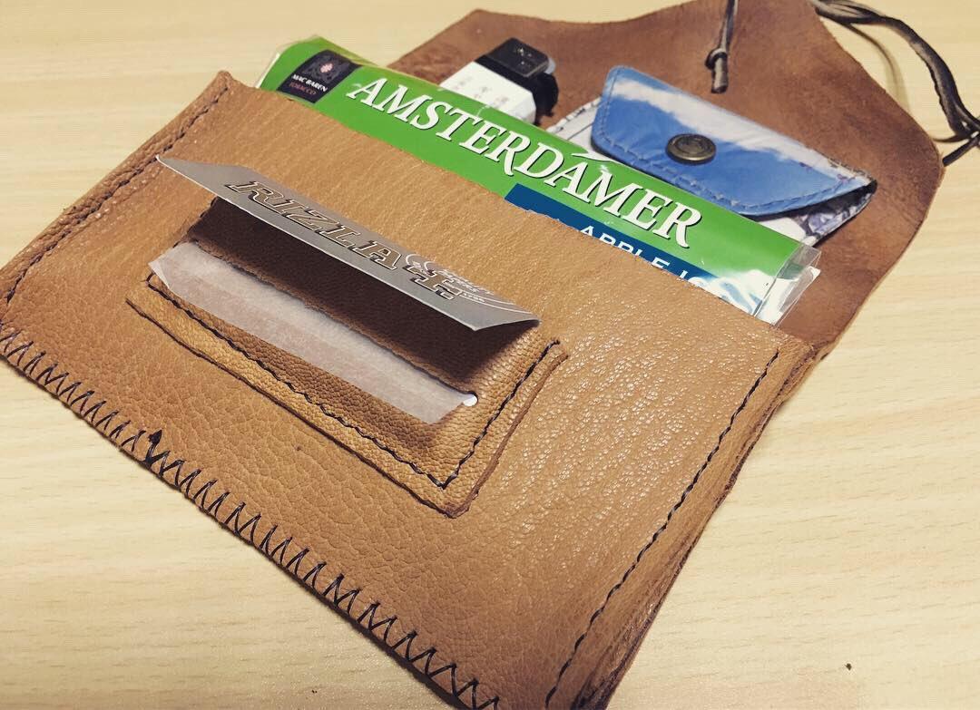 test ツイッターメディア - 豚革、DAISOのコンチョ風ボタン、鹿の革紐で巻きタバコ用のタバコケースを作ってみました。縫い目がヘタクソ… #巻きタバコポーチ #タバコケース #シャグポーチ #DAISO #レザークラフト #DIY #巻きタバコ #leathercraft #tabaccocase https://t.co/yGfowQPsqx