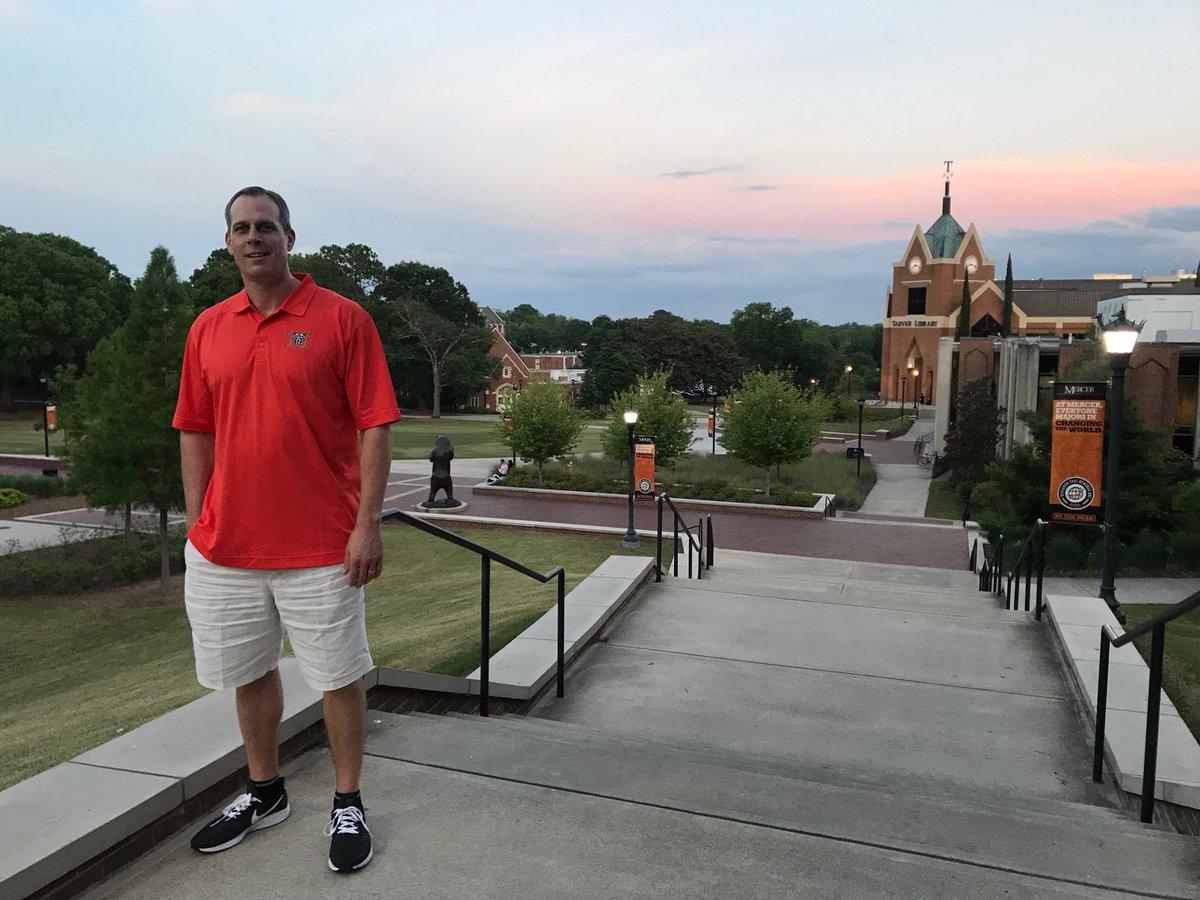 Enjoying an evening stroll across the beautiful @MercerBears campus!  @CoachGregGary ➕ @djbyrd21 still on the grind in the office‼️#RoarTogether 💪🏀🐻