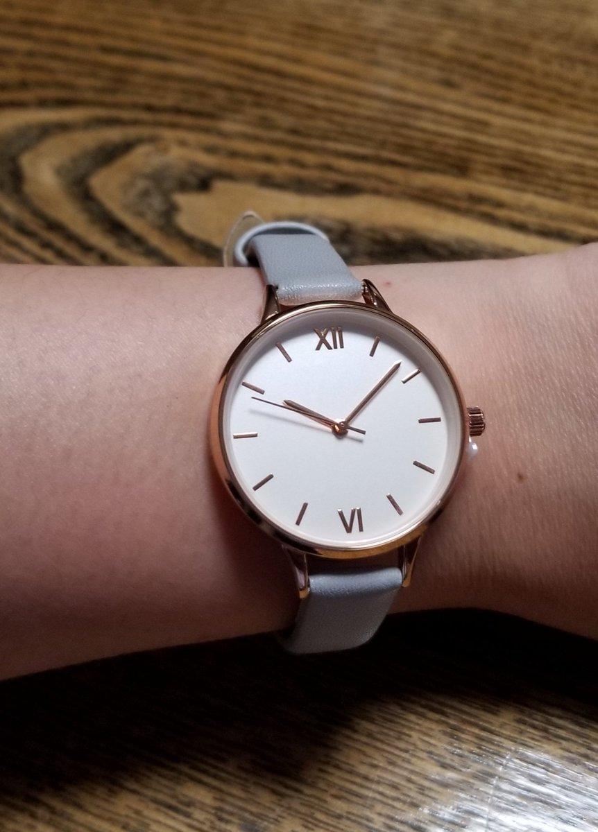test ツイッターメディア - ダイソーの500円時計、着けるとこんな感じ❤可愛い。 #ダイソー https://t.co/67QmDxAAF1