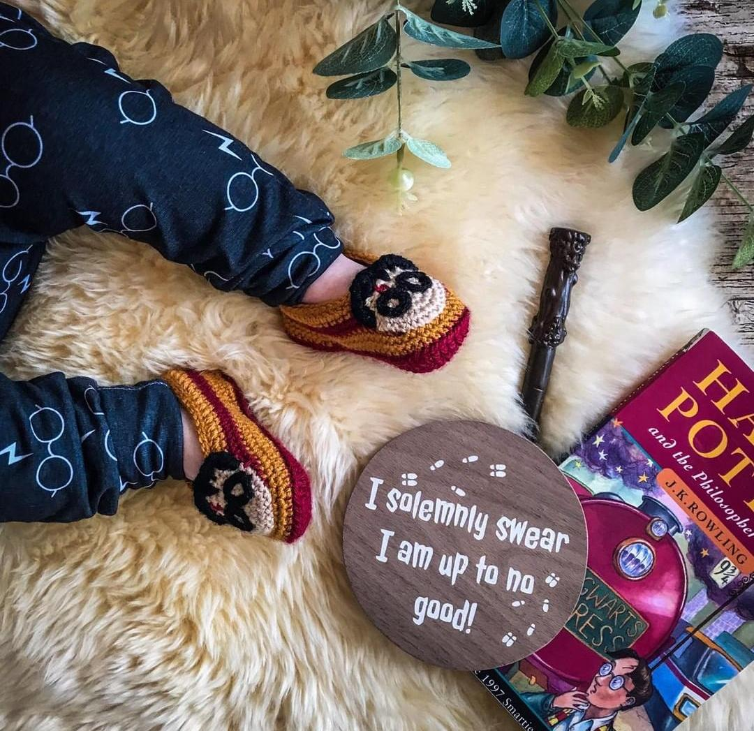 Look at those tiny feet wearing my #harrypotter slippers (pictures from @mama_and_monst IG) #hp #hedwig #harrypotterfan #fandom #babies #babyshower #babyoutfit #babyshoot #harrypotterlover #slippers #babygiftidea #babygifts #colourfulbysusana #handmadewithlove #handmadepic.twitter.com/ATRmmI36bx