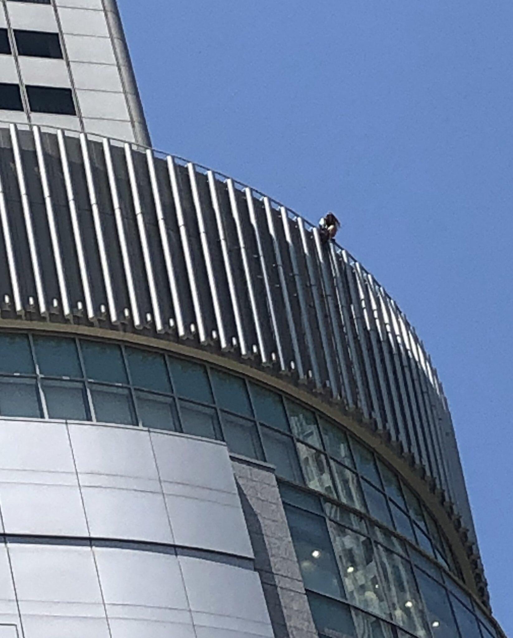 画像,飛び降りようとしてる人おる大阪駅の上メッチャ人と警察集まってる https://t.co/Zg9wReEAUr。