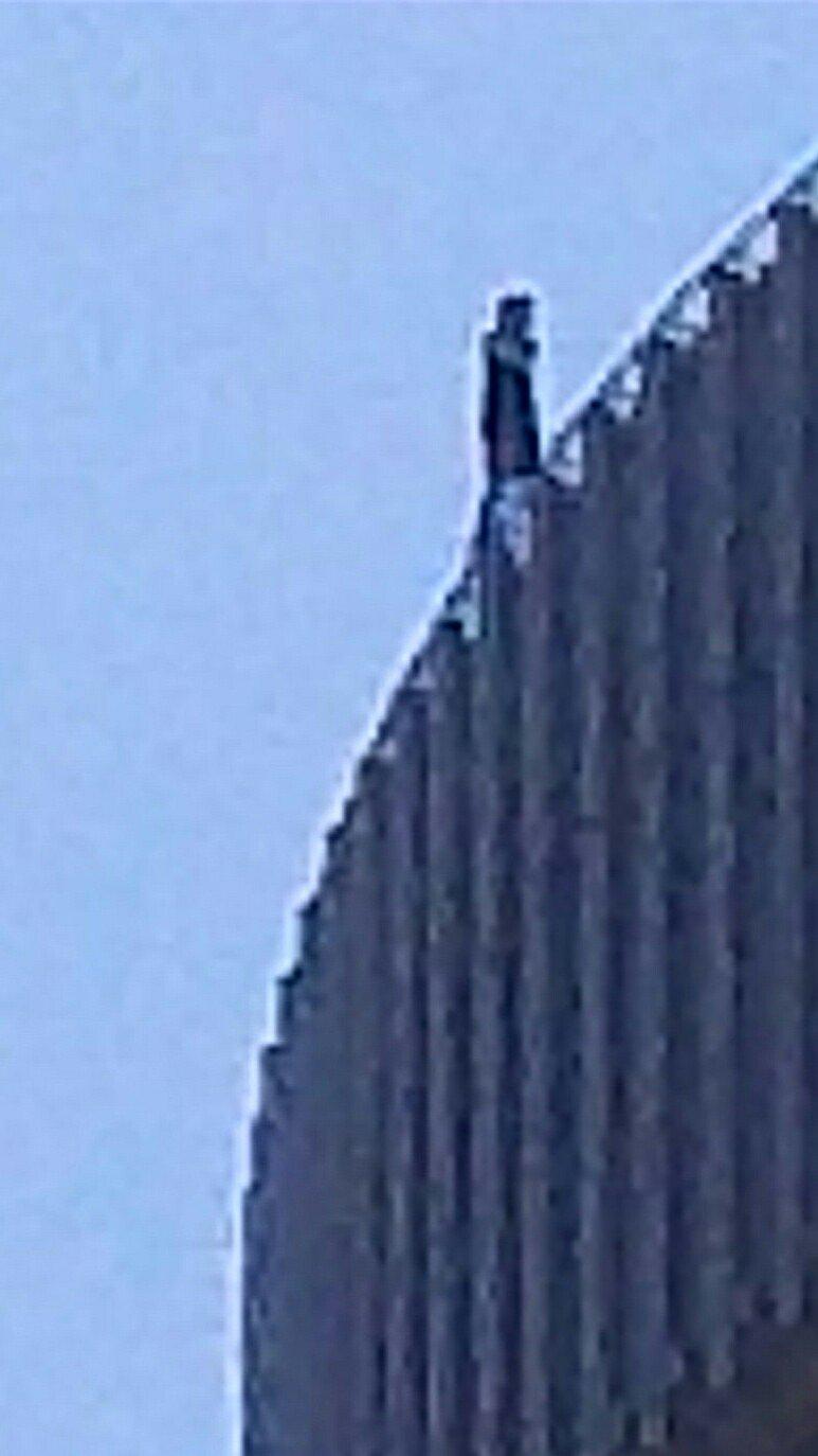 画像,@ytvnewsten 失礼いたします。大阪駅前アクティ大阪の隣のビルの屋上から人が飛び降りそうで、現在警察が来て警戒をしているようです。確認をお願いいたします…