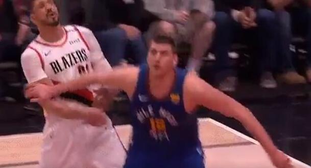 【影片】有點壞!Jokic爭搶籃板用力撞向Kanter的傷肩,這個暗勁使得有點狠!-籃球圈