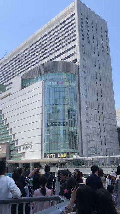 この大阪駅での飛び降り自殺、その女の子を撮ろうとスマホを構えてる大量の人たちのがなんかこわい