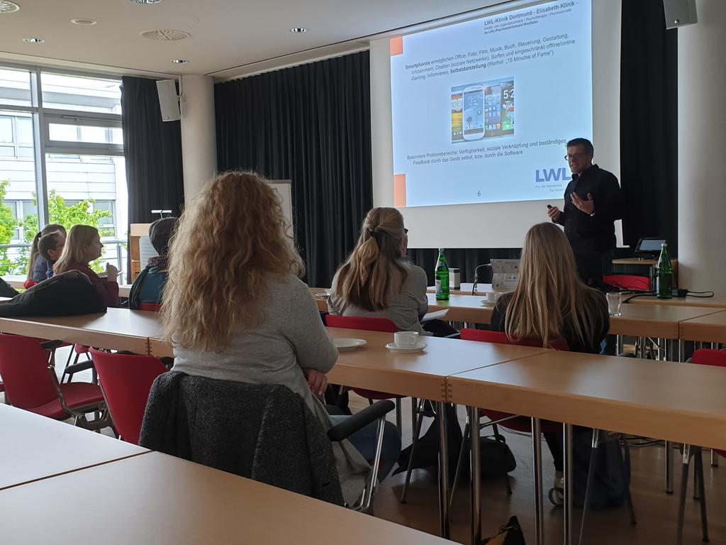SUPER! Wieder ein toller Vortrag von Dr. Stefan Kimm zur Internetabhängigkeit bei der Wahlveranstaltung des #BündnisKJP in Münster. #kjp, #psychotherapie, #Psychotherapeuten, #wirsindPsychotherapie https://t.co/nmCZwPTeqV