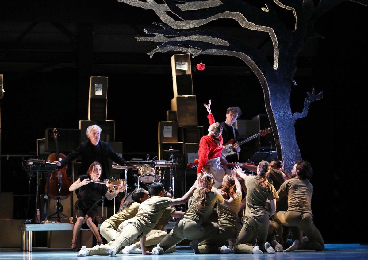 toitoitweet > dansers VIER VERHALEN EN EEN DAG > veel plezier op het podium van @SsbDeHarmonie #Leeuwarden > introdans.nl/vier-verhalen-… @spinvis