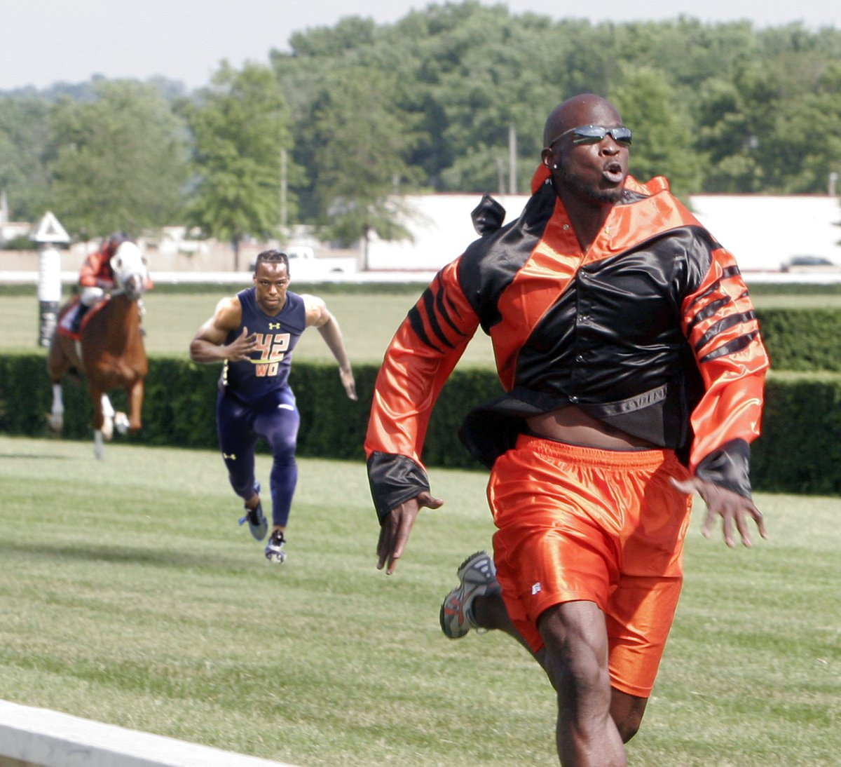 Who would win this race? @ochocinco , @WatchJRoss, or the horse? 🤔🏇  #Bengals #KentuckyDerby #NewDEY  Vote in the replies 👇