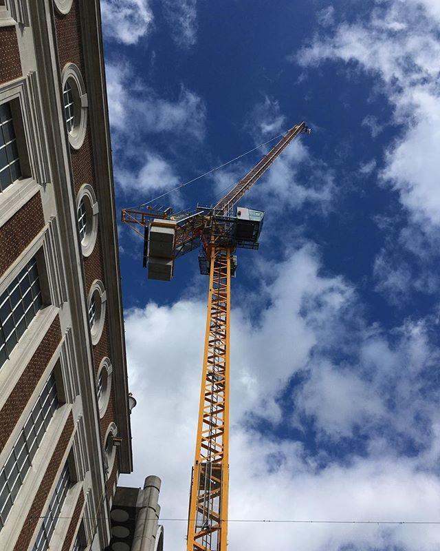 #cranewatch #lookup #yellowcrane #bentallscentre #kingstonuponthames #bentalls #blueskies #clouds http://bit.ly/2DN2hJKpic.twitter.com/McktON1cC2