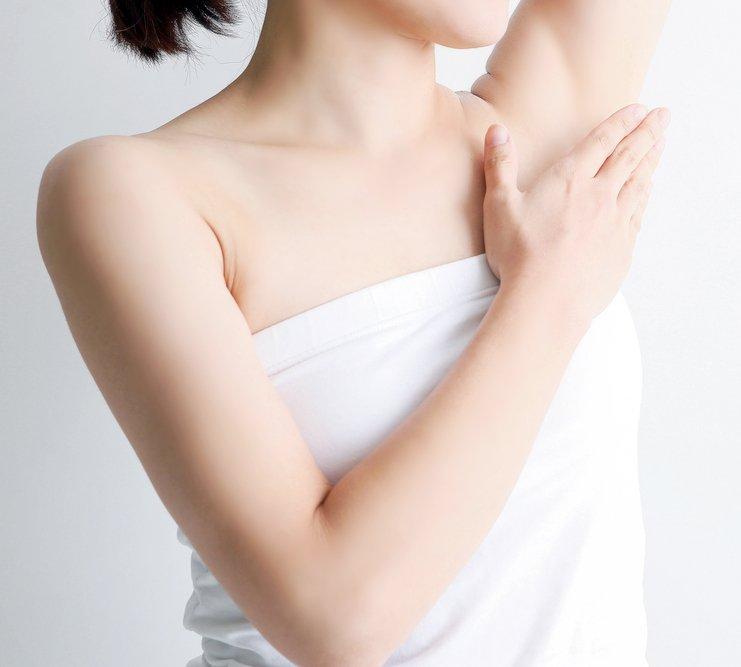 ワキの黒ずみの原因であるメラニンは物理的な刺激によって作られます。毛抜きで抜いたり、カミソリで剃ったりといった方法は正しく行わないと肌への刺激が強すぎたり、肌表面を傷つけたり…頻繁に繰り返されることで色素沈着を起こし、黒ずみの原因となってしまうのです。#脱毛 #ムダ毛