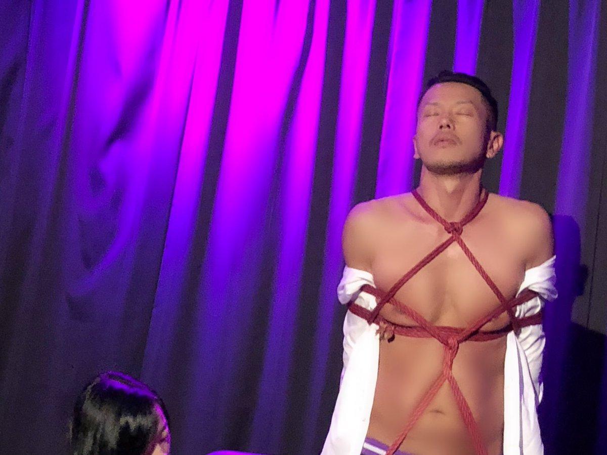 #セクぱふぉ の #服部義 さんと #緊縛師 の #芙羽忍 さんの緊縛ぱふぉ中お写真② 黙々と縄を手の一部の様に緊縛していく芙さんに服部さんの顔が……とっても芸術的なショーでした。 チェキタイムの時に私も芙さんに金爆して貰いました。何かとても不思議でしたが気持ち良かったです。 https://t.co/m6oiU5GVBe