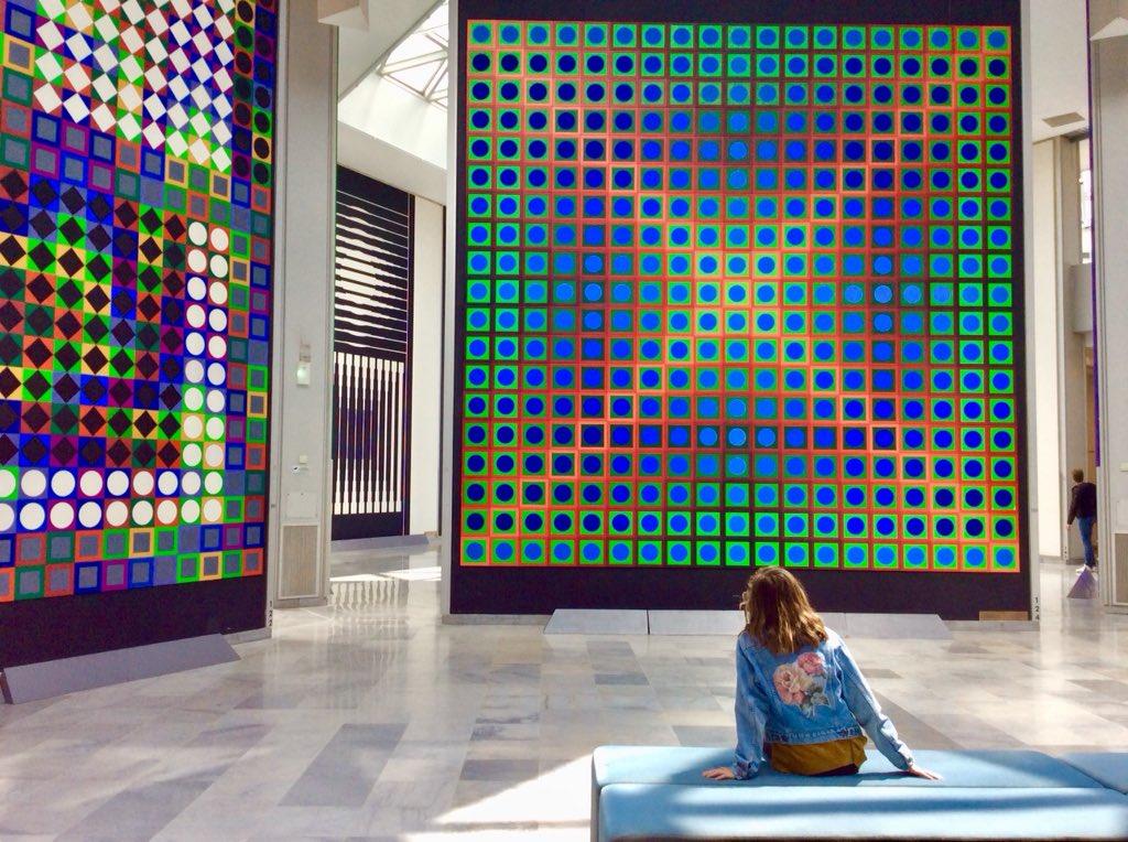"""À la @FVasarely, subtiles résonances avec l'art de #Lascaux, assumées par le plasticien hongrois maître de la géométrie et adepte d'une """"polychromie et d'un bonheur sensoriels"""". #Art #Universel"""