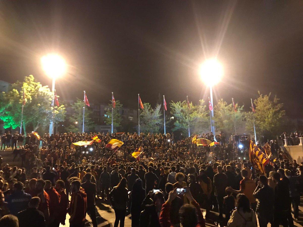 """Oraya bir kupa daha yazalım :)  Şampiyonluk kutlamalarımıza """" Sivas Cimbom'undur """" mottosu ile devam ediyoruz. #ultrAslanUNI"""