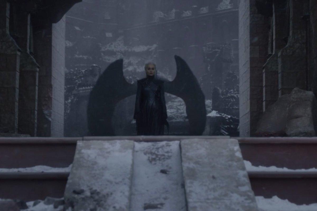 Daenerys tirando foto em muro com asas