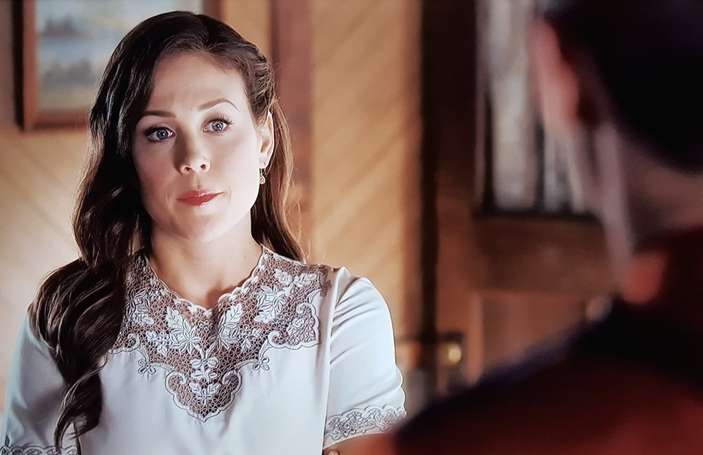 Is it me or is Elizabeth trying to  avoid looking into the Baby Blue Eye Trance from #MountieNathanGrant Don&#39;t look into his eyes #Hearties @hallmarkchannel @SCHeartHome<br>http://pic.twitter.com/yAp9Fx343O