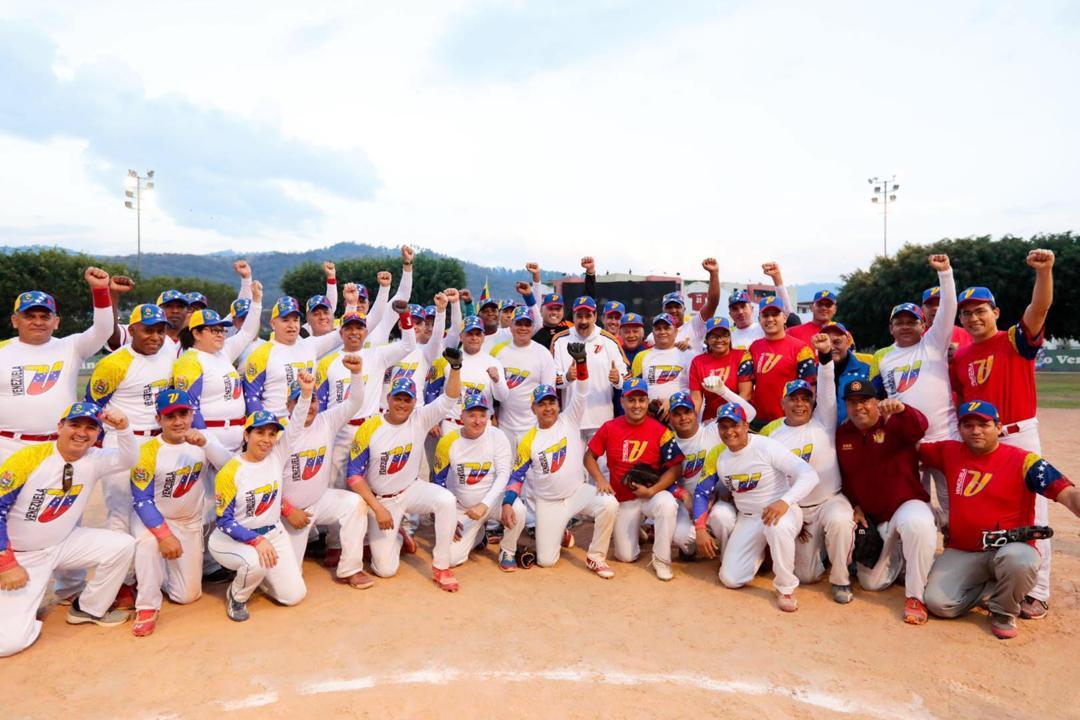Emocionante juego de sóftbol. Compartimos un momento muy ameno con el equipo ministerial y los altos mandos de la #FANB. Nos une la hermandad, la sana competencia y el espíritu de la alegría y la paz. ¡Viva el Deporte! ¡Viva nuestra amada Venezuela!