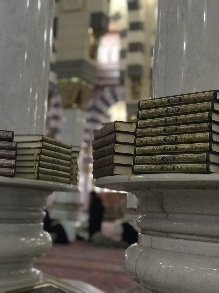 Dari sela-sela tiang ini, aku melihat mereka. Duduk melingkar, merapikan bacaannya, bergiliran, menghadap syaikhah-nya. Indah. #rindu #MasjidNabawi #UmrohRamadhan
