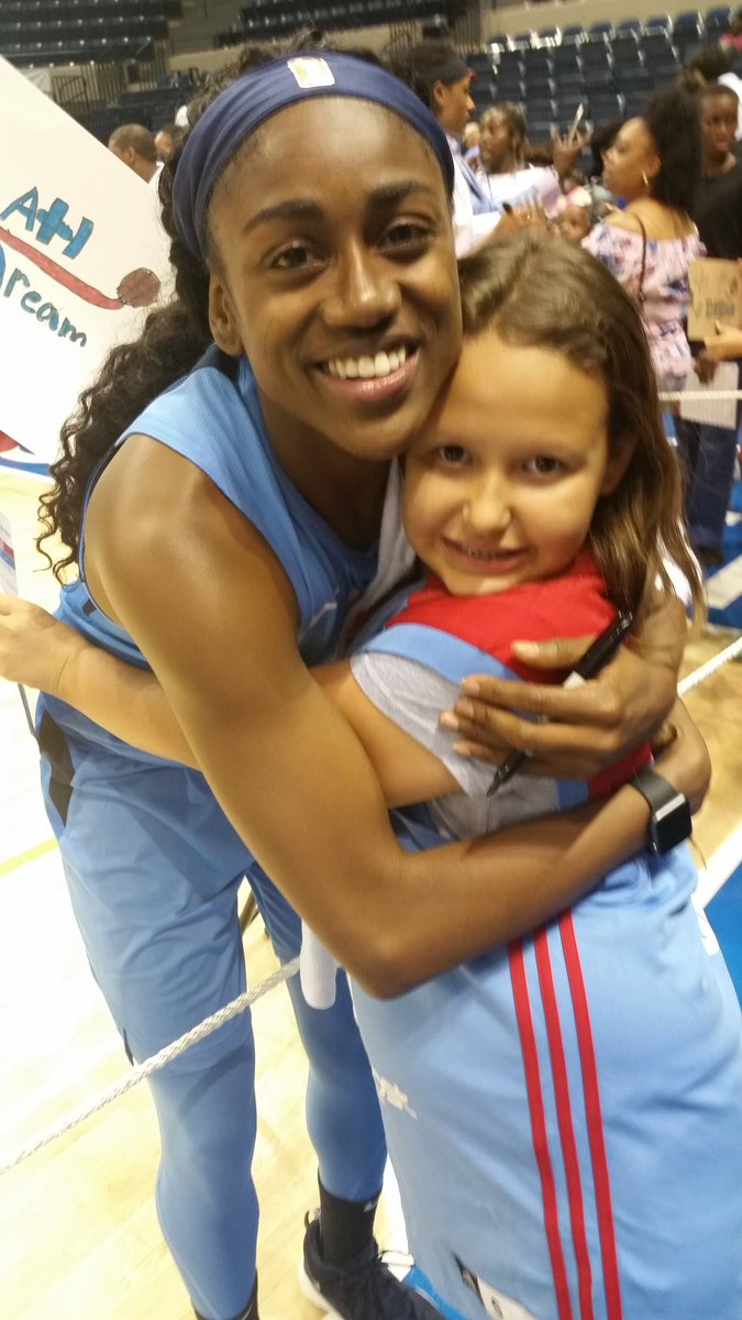 Thank you @tiphayes3 for making a little girl's DREAM of meeting you come true. Thanks to all the @AtlantaDream for coming to @albanycivicctr tonight. We love you all. @WNBA #TiffianyHayes #DreamOn #WNBA
