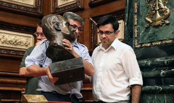 El Gerardo Pisarello, El Quitarreyes, es colocado por el @PSOE en la mesa del @Congreso_Es por su acuerdo con @ahorapodemos . Odiar a España tiene premio, a sus instituciones y símbolos. Y así todo.