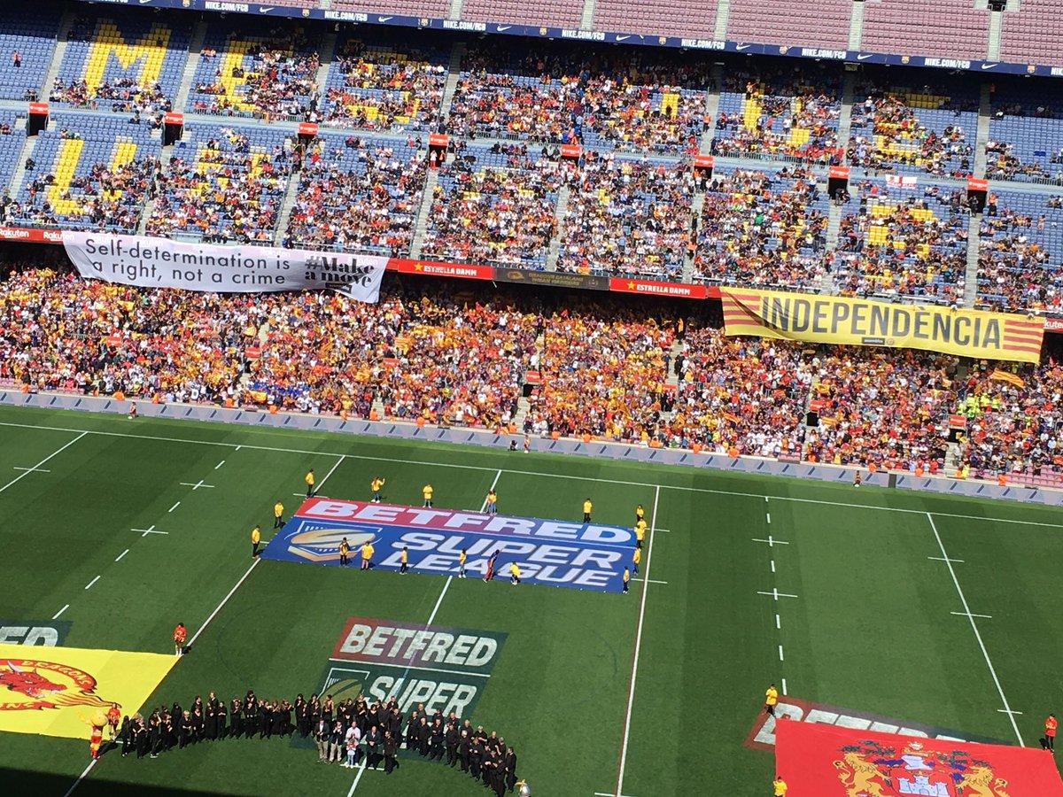 «L'auto détermination est un droit, pas un crime.» «Indépendance.» Les supporters nord-catalans ont fait passer des messages politiques avant le coup d'envoi de #SLCatWig au #CampNou #Barcelone #Perpignan #GameDay