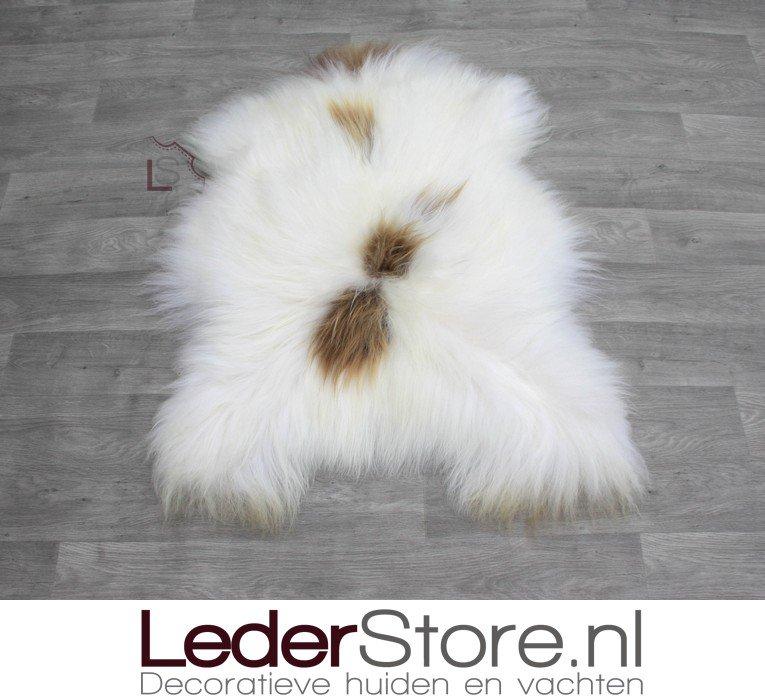 🔥IN DE SPOTLIGHT🔥  Deze prachtige IJslander schapenvacht😍 Ideaal om lekker op de bank of in de stoel te leggen😊    #interiorstyling #interiordetails #schapenkleed #lederstore #taxidermy #skins #dierenhuid #schapenvel #decoration #schapenvacht #sheepskin
