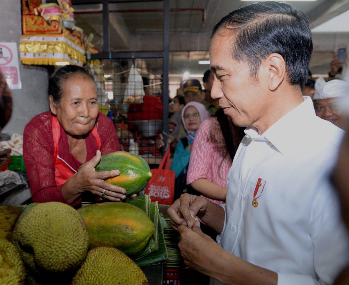 Baru dua bulan lalu saya resmikan, Pasar Badung di Desa Dauh Puri Kangin, Denpasar Barat, kini sudah ramai. Pasar begitu hidup, wajah para pedagang cerah, lingkungan bersih, dan harga bahan pokok stabil.  Di lantai dua pasar saya sempat belanja buah-buahan untuk berbuka puasa.