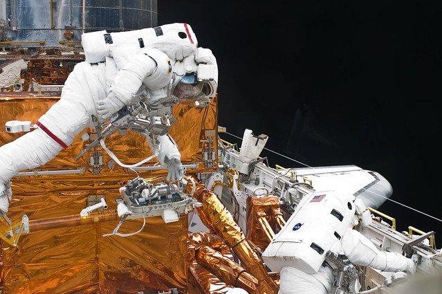 #Now in 2009, astronauts John Grunsfeld & Drew Feustel begin the final spacewalk of Hubbles last servicing mission. Their goals include installing new batteries, insulation panels, and an enhanced sensor to track the stars. #SM4live flickr.com/photos/nasahub…