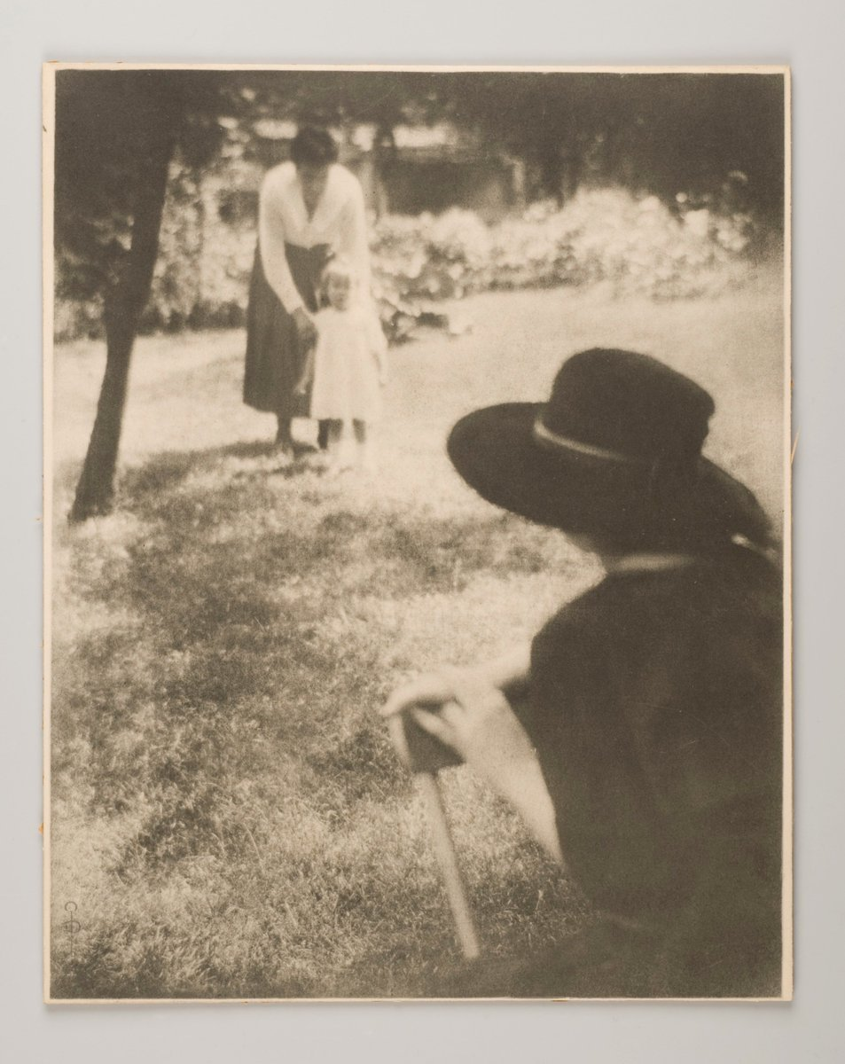 Photograph showing the first steps of a child in a garden, dating back to 1905. Part of the oeuvre of the French photographer Pierre Dubreuil (1872-1944).   #MuseumWeek #Museumday #PhotosMW