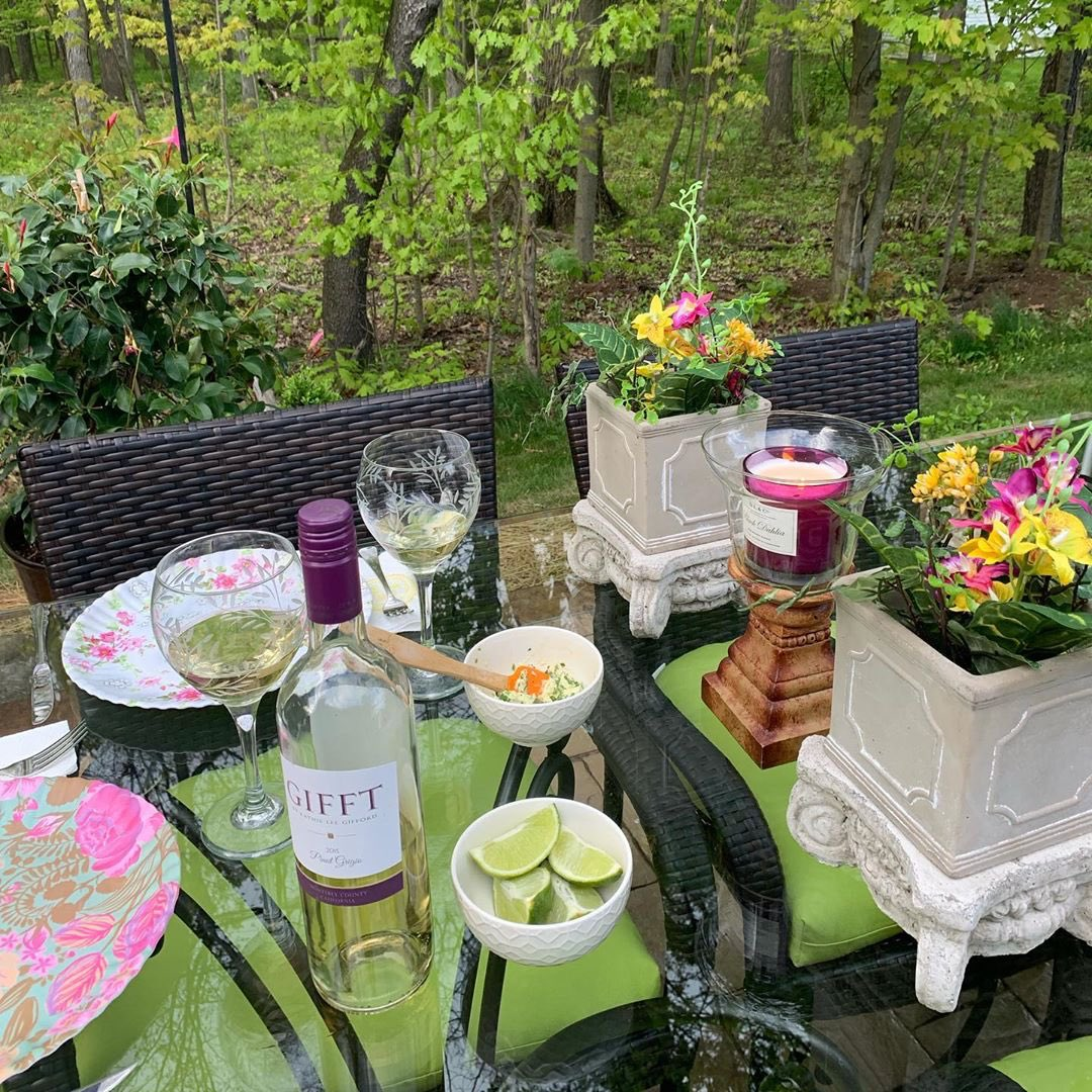 Fruit ✅ Flowers ✅ Candles ✅ #gifftwines ✅ Looks like the perfect #spring setup to me 🌸
