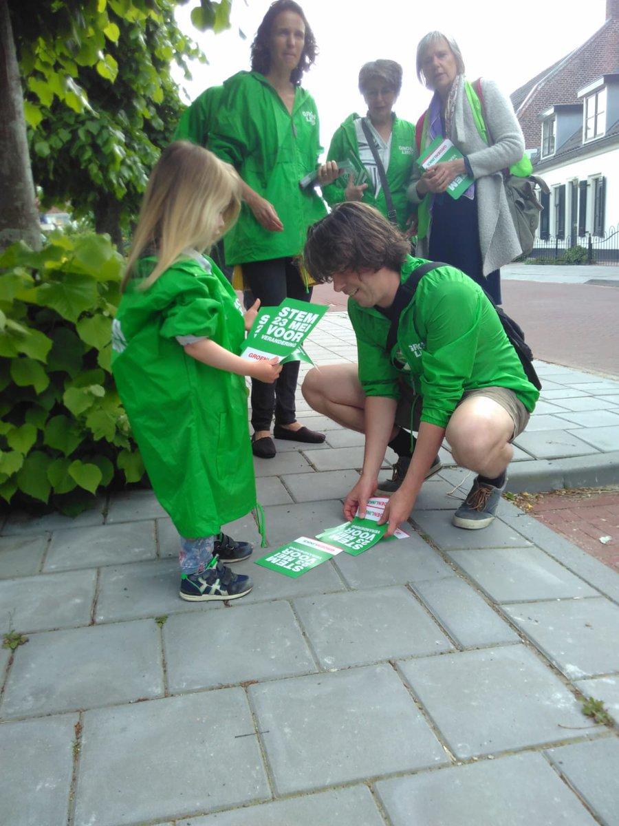 Vandaag op stap in #Opbuuren en #OudZuilen met ons kleinste sympathisantje. Nogal wat bewoners hebben hun stem nog niet bepaald.   We spraken ook met gemotiveerde GroenLinks-kiezers. Een van hen was er al helemaal op gekleed!😉 #Spreekjeuit, kies donderdag groen én sociaal.❤️💚